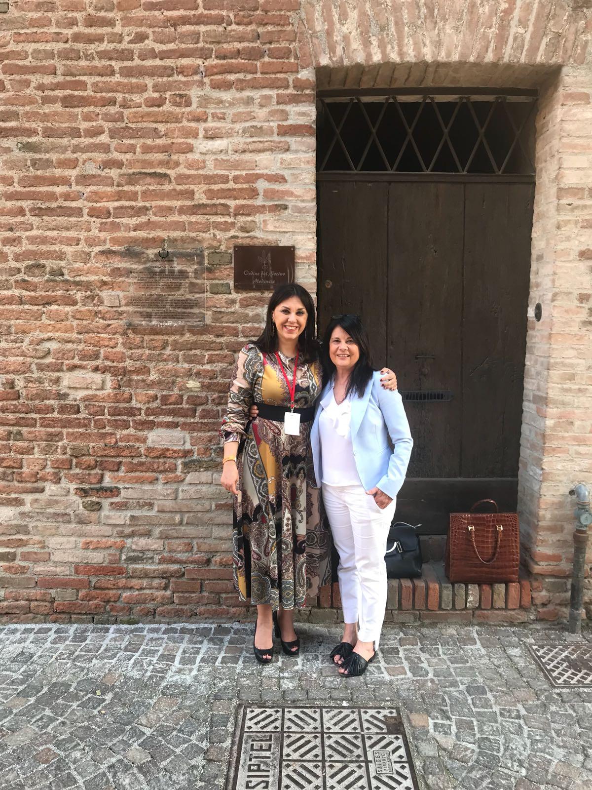 Gente felice a Vignaioli Contrari, con Vania Franceschelli e Franca Bertani.